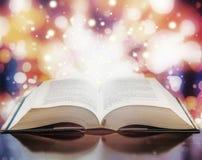 Particelle leggere del libro aperto immagini stock