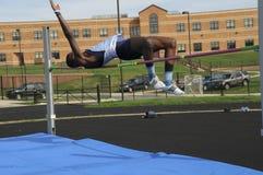 Participação adolescente no salto alto em um evento do atletismo fotos de stock