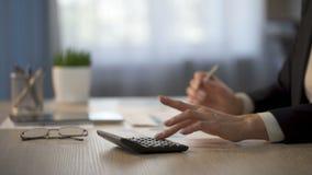 Participación en los ingresos calculadora de la compañía del contable ocupado de la señora, distribución del dinero almacen de video