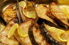 Participaciones jugosas de los pescados en un restaurante de los alimentos de preparación rápida Imagenes de archivo