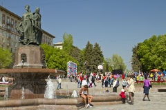 Participant of the Volgograd marathon takes  plate number with t-shirts sitting at the fountain of Arts Royalty Free Stock Photos