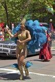 Participante alegre del orgullo en traje colorido Imagenes de archivo