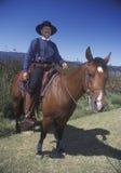 Participante a caballo durante el vaquero Reenactment, lago Casitas, Ojai, CA Imagen de archivo