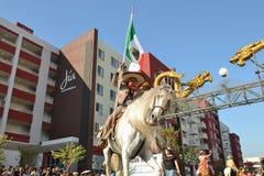 Participante con el caballo durante 117o Dragon Parade de oro Imagen de archivo libre de regalías