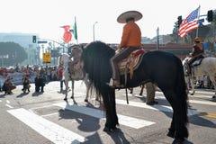 Participante con el caballo durante 117o Dragon Parade de oro Fotografía de archivo libre de regalías