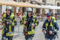 Participante con el traje del bombero del maratón 2018 en el ayuntamiento viejo - Regensburg, Alemania de Regensburg Imágenes de archivo libres de regalías