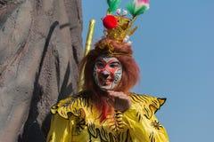 Participante con el traje típico durante el 117o dragón de oro Foto de archivo