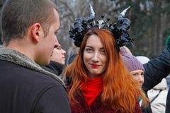 Participante con los cuernos en el desfile del día del ` s de St Patrick en el sombrero irlandés en el parque Sokolniki en Moscú Imagen de archivo libre de regalías