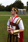 Participante da corrida da caridade vestido na roupa romana imagem de stock royalty free