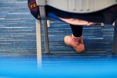 Participante de la conferencia en zapatillas de deporte rosadas imagenes de archivo