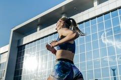 Participante del corredor de la muchacha de la distancia de los stayers de la raza de 1500 metros Foto de archivo