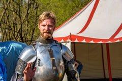 Participante do competiam internacional do festival do cavaleiro de St George na museu-reserva de Kolomenskoye imagens de stock