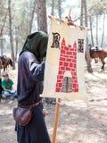 Participante en la reconstrucción de cuernos del soporte de la batalla de Hattin en 1187 con la bandera del rey de Jerusalén en e Fotografía de archivo