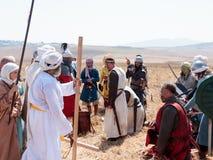 Participante en la reconstrucción de los cuernos de la batalla de Hattin que actúan en 1187 como Saladin, hablando con los presos Fotos de archivo