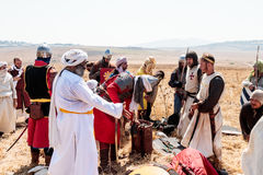 Participante en la reconstrucción de los cuernos de la batalla de Hattin que actúan en 1187 como Saladin, hablando con los presos Imagen de archivo libre de regalías