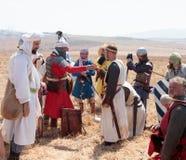 Participante en la reconstrucción de los cuernos de la batalla de Hattin que actúan en 1187 como Saladin, hablando con los presos Fotos de archivo libres de regalías