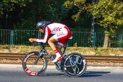 Participante não identificado raça da fase do 70th ciclismo de Pologne da excursão da 7a em Krakow, Polônia Excursão d Imagens de Stock Royalty Free