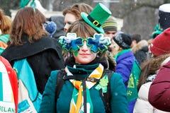 Participante na parada do dia do ` s de St Patrick no chapéu e nos vidros irlandeses Foto de Stock Royalty Free