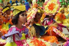 Participante que se sienta en trajes diversos del bailarín de la calle Imagenes de archivo
