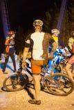 Participante sujo da raça com o seu parte traseira metade-envolvido numa situação difícil Foto de Stock