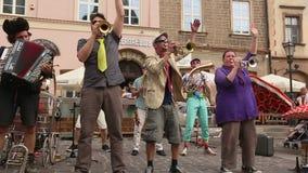 Participantes anualmente (os 9-12 de julho) no 28o festival internacional de teatros da rua video estoque