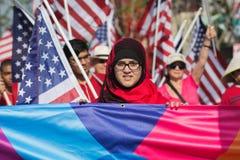 Participantes con las banderas americanas durante el 117o dragón de oro Fotos de archivo