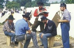 Participantes confederados en escena del campo durante la reconstrucción de la batalla de Manassas, marcando el principio de la g Imagenes de archivo