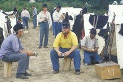 Participantes confederados en escena del campo durante la reconstrucción de la batalla de Manassas, marcando el principio de la g Foto de archivo libre de regalías