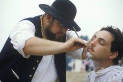 Participantes confederados que afeitan en escena del campo durante la reconstrucción de la batalla de Manassas, marcando el princ Fotografía de archivo