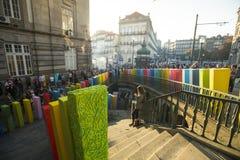 Participantes da ação de ar livre o efeito de dominó, no centro da cidade velha, perto da estação de trem Fotografia de Stock