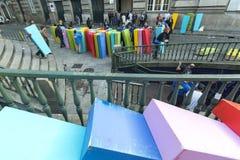 Participantes da ação de ar livre o efeito de dominó, no centro da cidade velha, perto da estação de trem Imagem de Stock Royalty Free