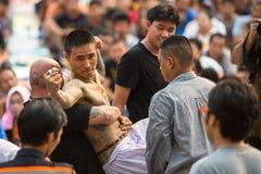 Participantes da cerimônia mestra do dia em Khong capaz Khuen durante o ritual de Wai Kroo no monastério de Pra do golpe Imagem de Stock Royalty Free