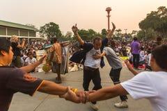 Participantes da cerimônia mestra do dia em Khong capaz Khuen - possessão do espírito durante o ritual de Wai Kroo no monastério  Imagens de Stock Royalty Free