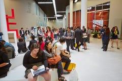 Participantes da juventude global ao fórum do negócio no vestíbulo Imagem de Stock Royalty Free