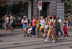 Participantes da parada da rua na rua de Bahnhofstrasse Imagem de Stock