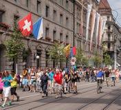 Participantes da parada da rua na rua de Bahnhofstrasse Imagem de Stock Royalty Free