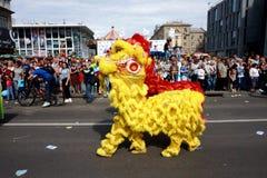 Participantes da parada na procissão do carnaval em honra da celebração do dia da cidade imagens de stock royalty free