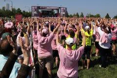 Participantes de la caminata de Chicago Avon con los brazos para arriba Imagenes de archivo