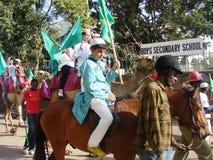 Participantes de la celebración de la O.N.U Nabbi de Milad que montan en caballos Imagen de archivo