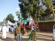 Participantes de la celebración de la O.N.U Nabbi de Milad que montan en caballos Fotos de archivo libres de regalías