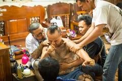 Participantes de la ceremonia principal del día en Khong capaz Khuen durante el ritual de Wai Kroo en el monasterio de Pra de la  Fotografía de archivo libre de regalías