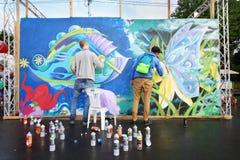 Participantes de la pintada del festival imagenes de archivo