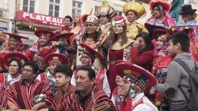 Participantes de um carnaval nos trajes tradicionais do Peru filme