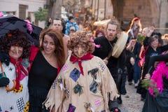 Participantes de un desfile vestido en las calles de Mala Strana en ` ardiente del carodejnice del ` de la noche de la bruja Fotos de archivo libres de regalías