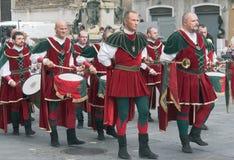 Procesión de músicos medievales Fotos de archivo