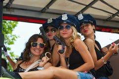 Participantes del desfile vestidos como mujeres policía foto de archivo