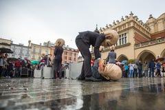 Participantes del festival de la noche del teatro de Kraków - KTO Teatre en plaza del mercado principal Foto de archivo
