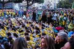 Participantes del festival tradicional del estudiante de universidades de Cortejo DA Latada en el centro de Oporto foto de archivo