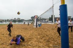 Participantes del final del campeonato de Petersburgo en voleibol de playa en la isla de Elagin Foto de archivo