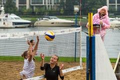 Participantes del final del campeonato de Petersburgo en voleibol de playa en la isla de Elagin Imagen de archivo libre de regalías